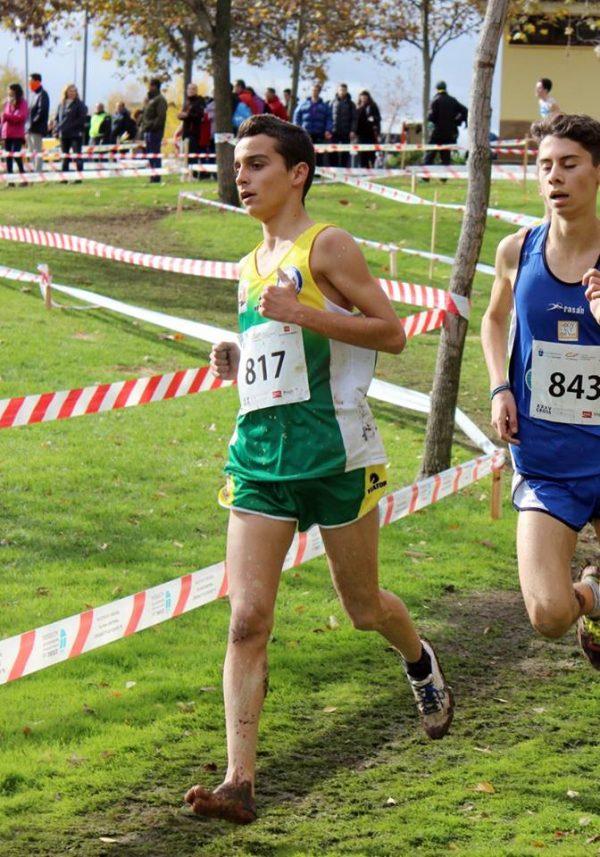 Iván Aparicio corriendo descalzo después de perder una zapatilla.