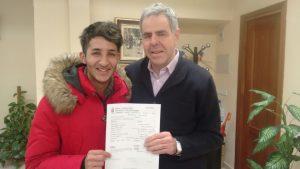 Karim El Hayani firma con el Club de Atletismo Las Ardillas de El Escorial.